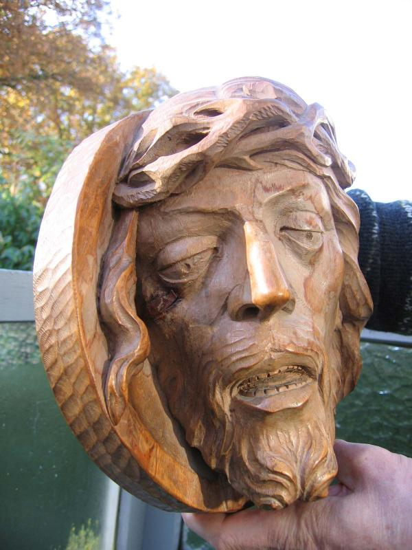 Håndskåret krucifiks i egetræ.