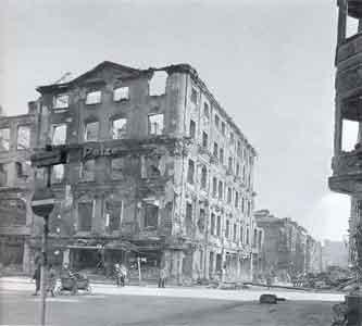 Fra de massive ødelæggelser i Breslau, hvor arkitektgruppen opholdt sig indtil slutningen af januar 1945.