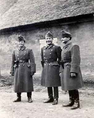 I midten: Szilágyi Dezső őrnagy. Til venstre: kaptajn Walter-Terenyi Lajos. Til højre Derenyi Rajmar. (Foto: Præstø Lokalarkiv, Hans Chr. Thomsen)