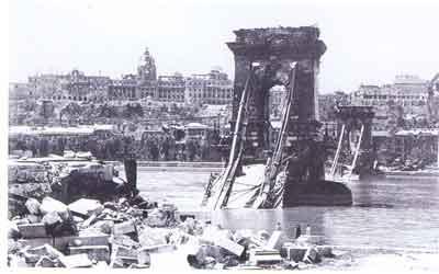 Ungarerne fra Danmark vendte hjem til et udbombet land, hvor landets hovedstad Budapest var blandt de hårdest ramte. (Illustrated historie of Hungary)