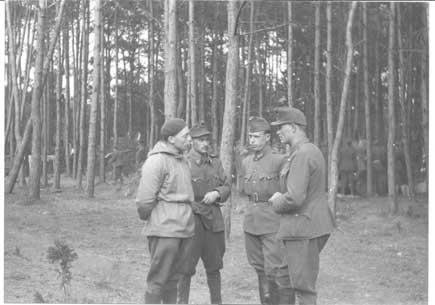 Imre Ferencsin (nr. to fra højre), kort efter, at han i april 1945 var blevet overflyttet fra Odense til Bornholm. Det ungarske mandskab var efter tyskernes kapitulation blevet overladt til deres egen skæbne i Arnager Plantage syd for Rønne, og den lokale befolkning måtte under ledelse af sognepræst Axel Løvgreen (til venstre i billedet) sørge for at forsyne ungarerne med mad. Senere tog russerne sig af dem og førte dem til fangelejre i Sovjetunionen.