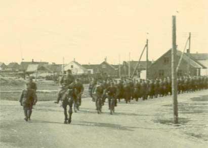 Soldater på stranden ved Vorupør, hvor der i 2007 kun er to både tilbage.